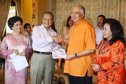 Tun Dr Mahathir Mohamad serah borang sertai UMNO semula